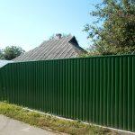 Как построить забор из профнастила быстро, качественно и не очень дорого